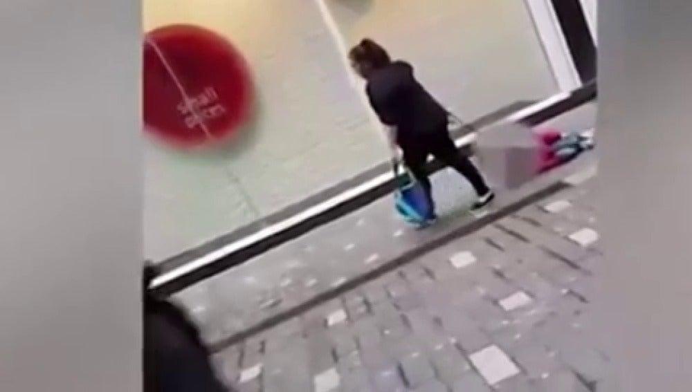"""Vídeo: La madre que arrastraba a su hijo por la calle: """"No sabéis lo que es tener un hijo con autismo"""""""