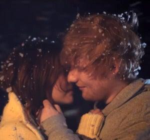 Ed Sheeran y Zoey Deutch en el vídeo de 'Perfect'