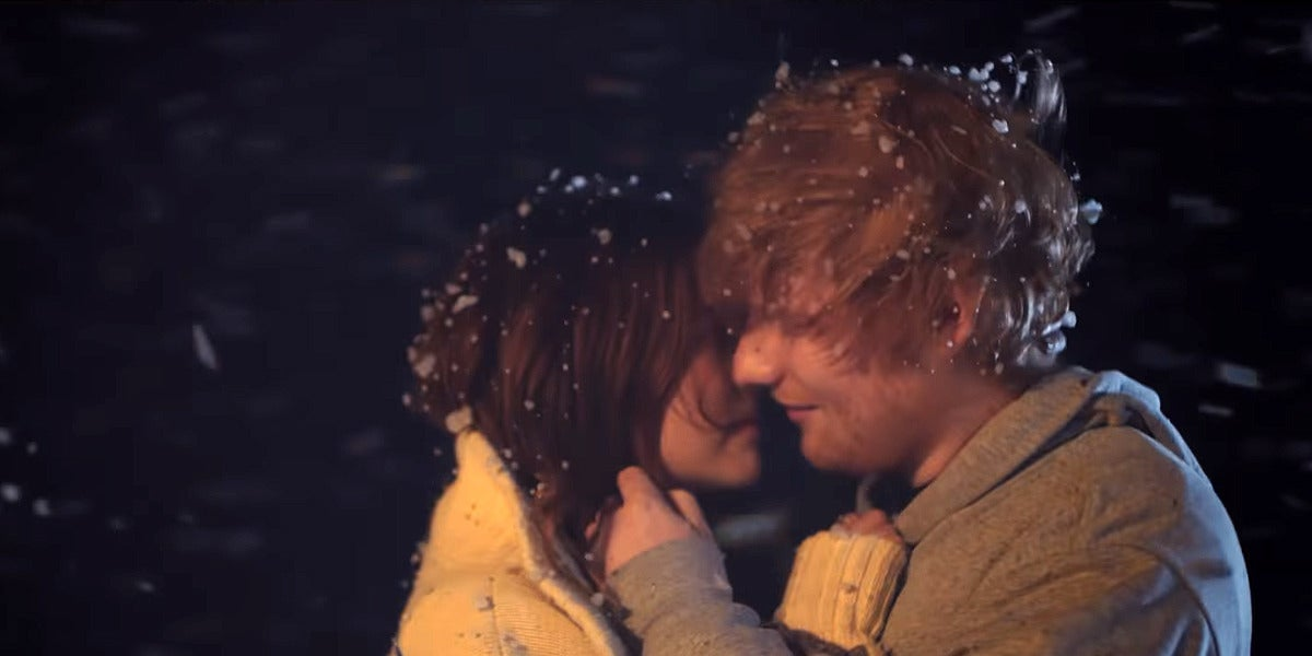 Ed Sheeran y Zoey Deutch en el vídeo de 'Perfect'