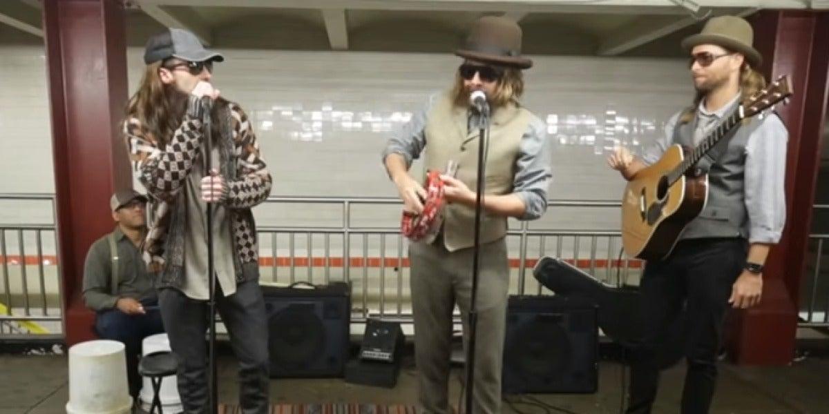 Maroon 5 actúa en el metro de Nueva York junto a Jimmy Fallon