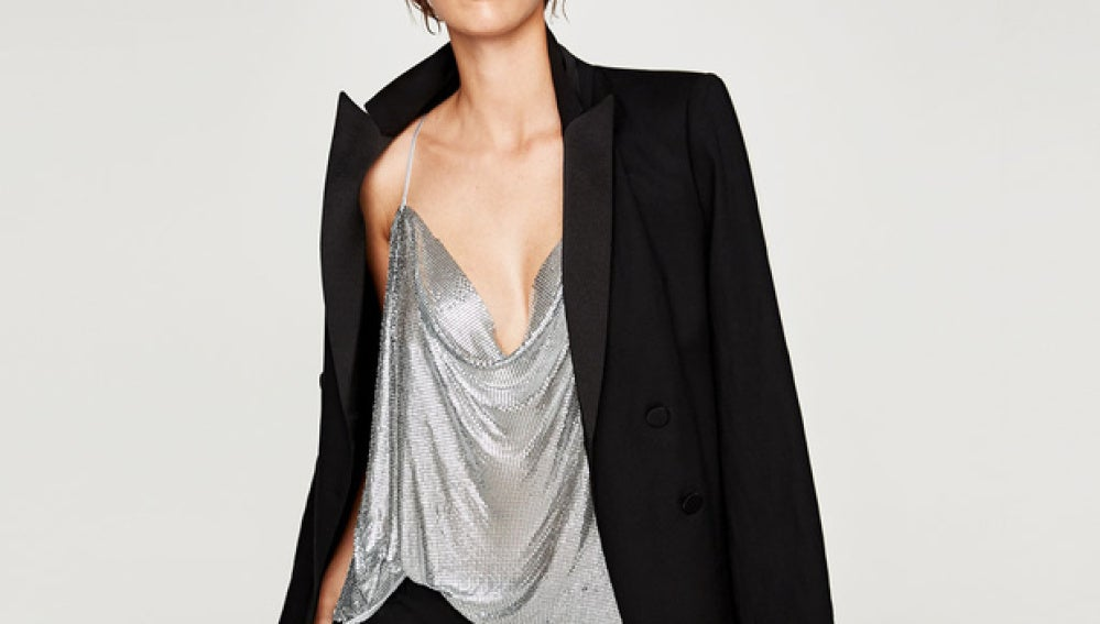Zara lanza un top muy similar al vestido de Kendall y Kylie Jenner