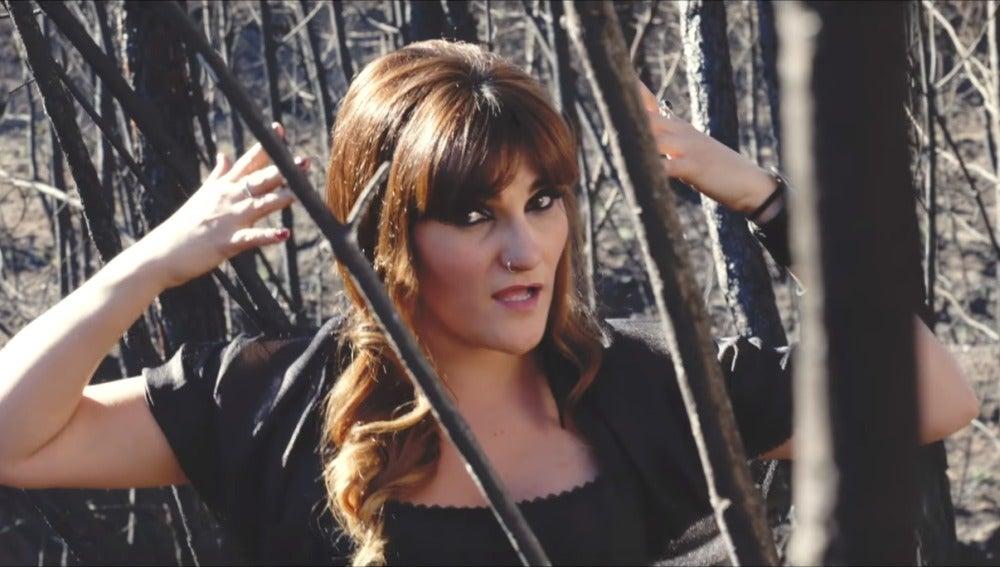 Rozalén en el videoclip 'La Puerta Violeta'
