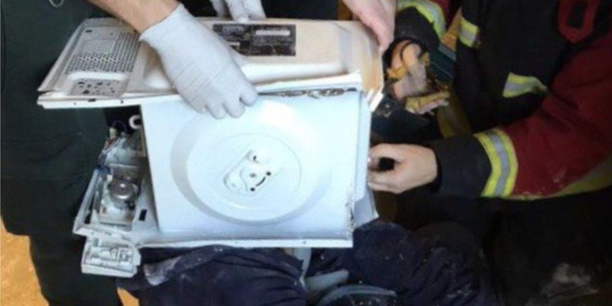 Un youtuber mete la cabeza en un microondas