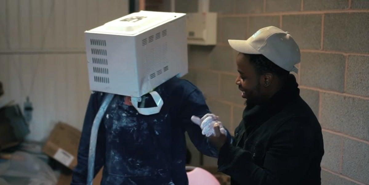 El joven con el microondas en la cabeza