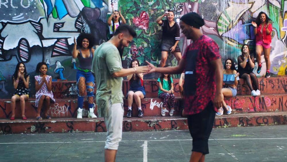 Maluma y Ronaldinho en el vídeo de 'Corazón'