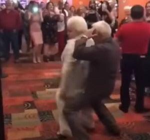 Una pareja de abuelos perreando en un casino en Miami