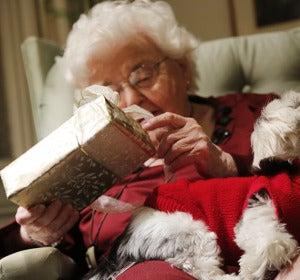 Abuela abriendo un regalo de Navidad