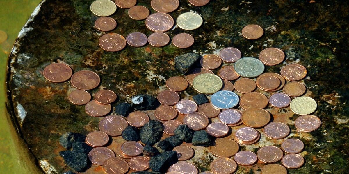 Monedas en el fondo de una fuente