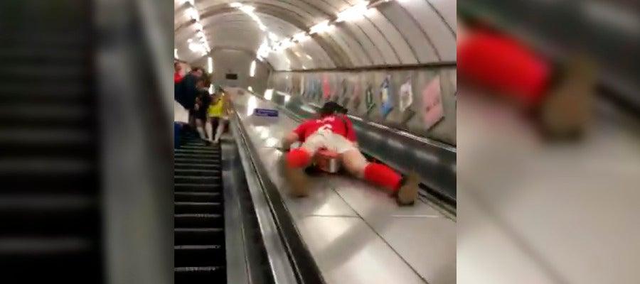 El v deo viral de un hombre tir ndose como un tobog n por for Escaleras 15 metros