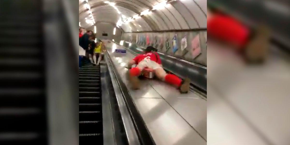 Un hombre se tira por las escaleras del metro como un tobogán