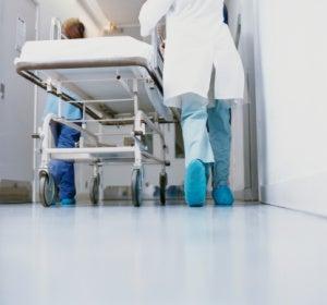 Un médico lleva una camilla en un hospital