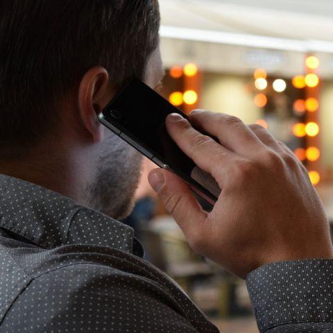 Foto de un hombre hablando por teléfono