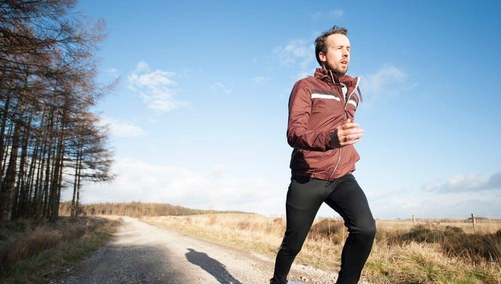 Un hombre corriendo