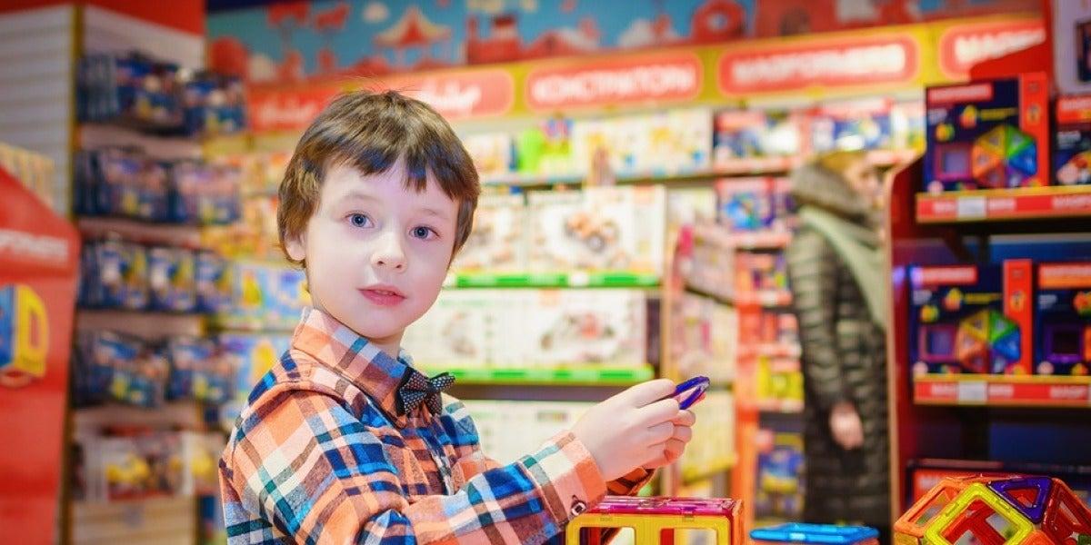 Un niño en una tienda de juguetes