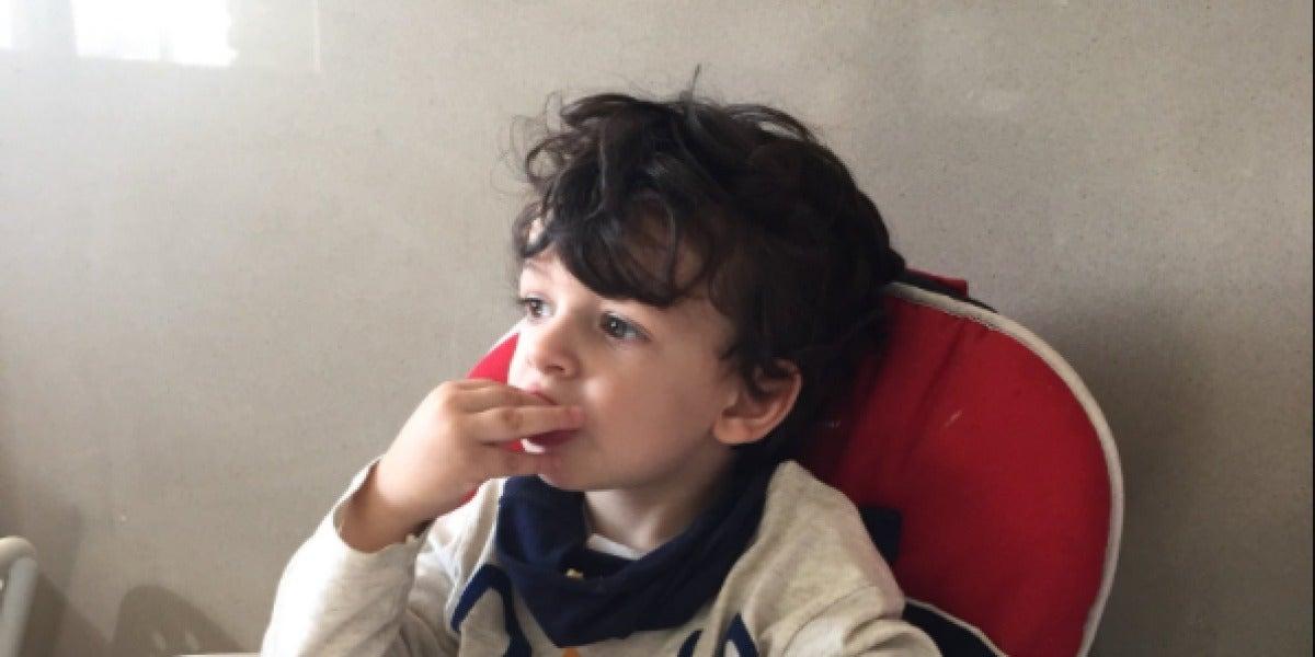 El hijo de Maria Merino desayunando garbanzos