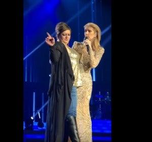 Una mujer ebria sube al escenario durante un concierto de Céline Dion