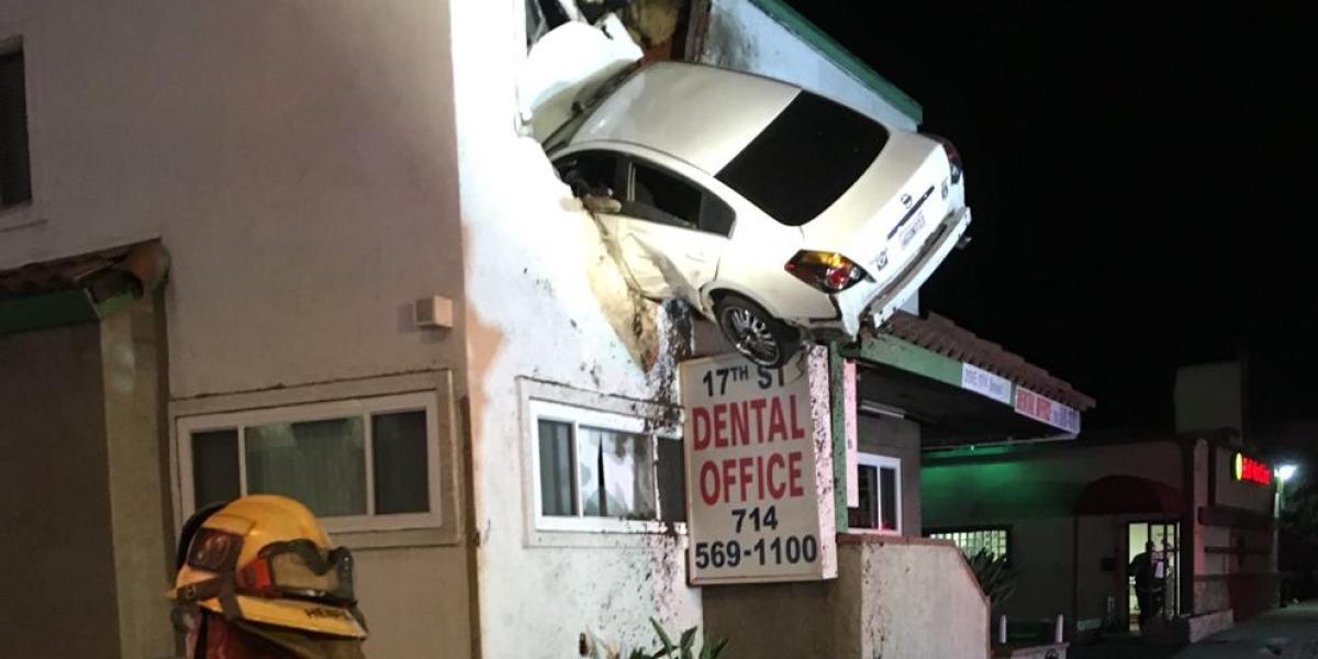 Un coche se estrella en el segundo piso de un edificio