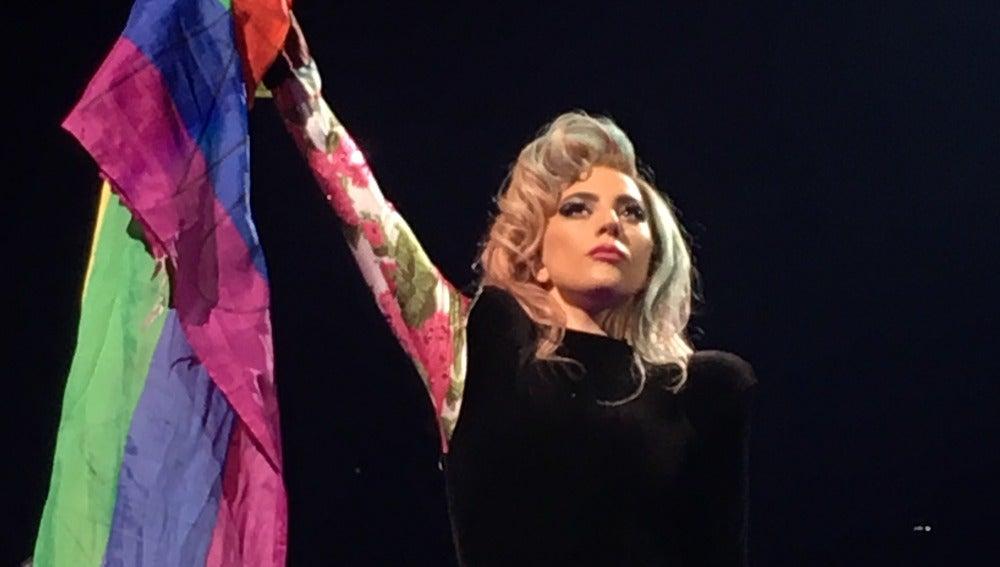 Lady Gaga levantando una bandera LGBT en su concierto en Barcelona