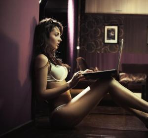 Mujer utilizando una webcam