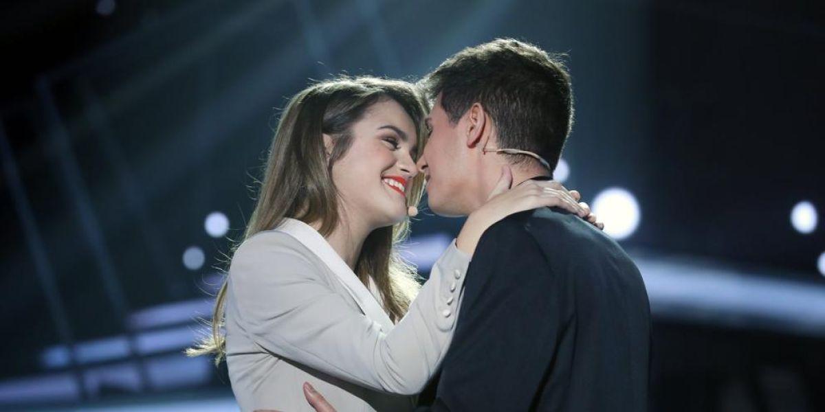 """Amaia y Alfred durante la actuación de """"Tu Canción"""""""