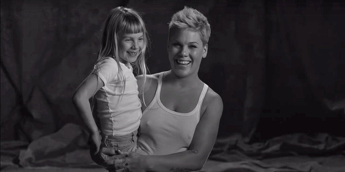 Pink y su hija Willow en el videoclip de 'Wild Hearts Can't Be Broken'