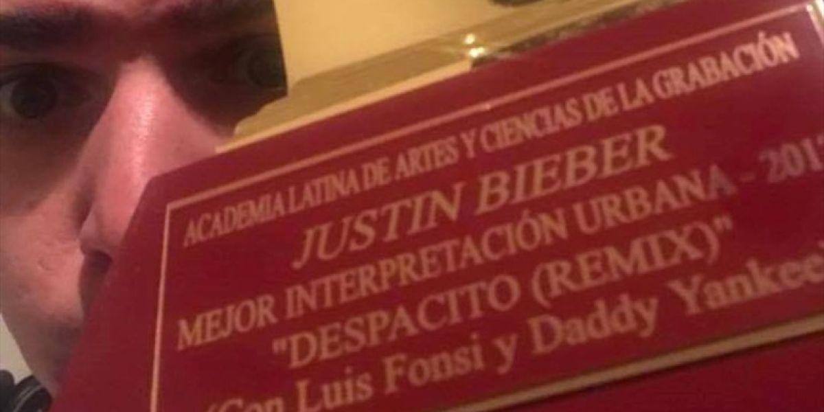 Carlos Escalona con el Grammy Latino de Justin Bieber