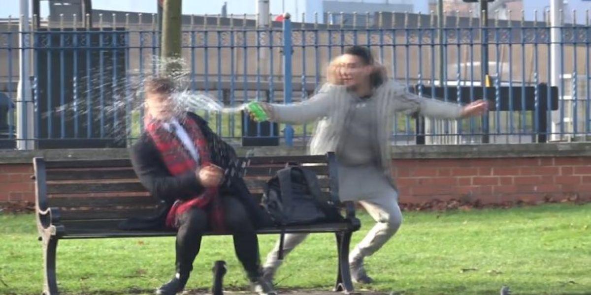 El youtuber ItzArya lanzando agua a la cara de un chico