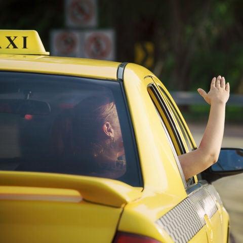 Hombre dentro de un taxi