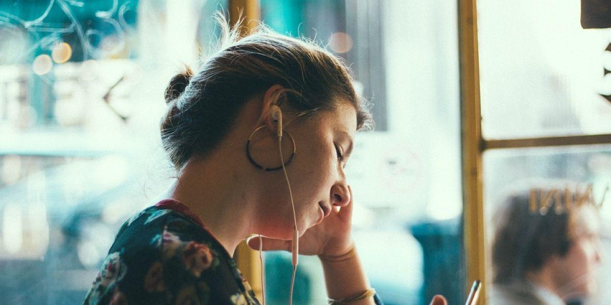 Una chica escucha música