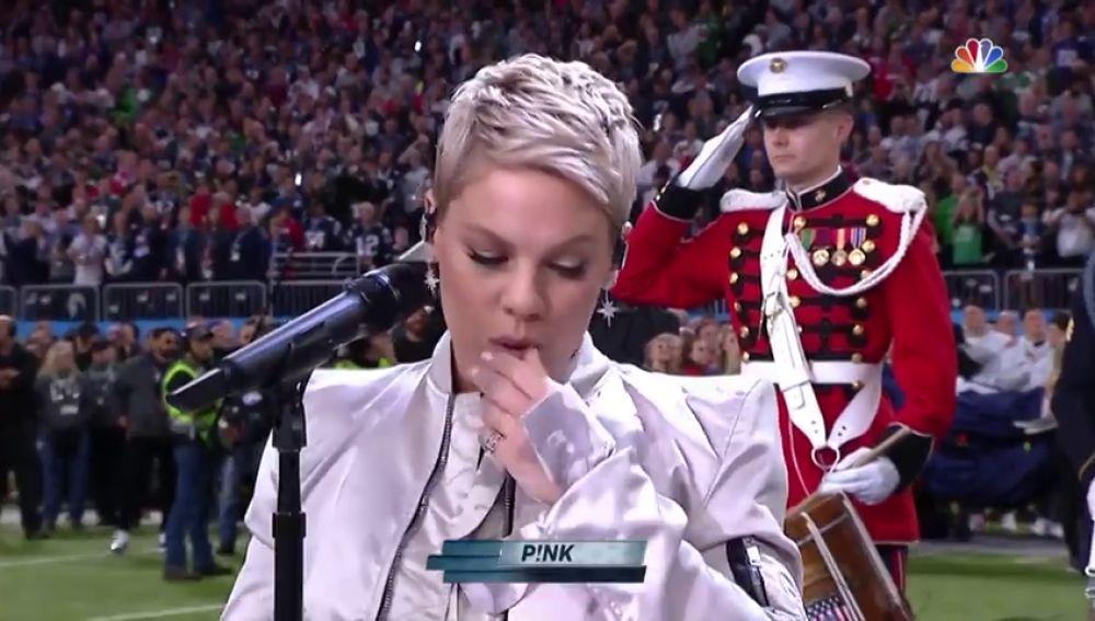 El embarazoso gesto de Pink durante el himno de Estados Unidos en la Super Bowl