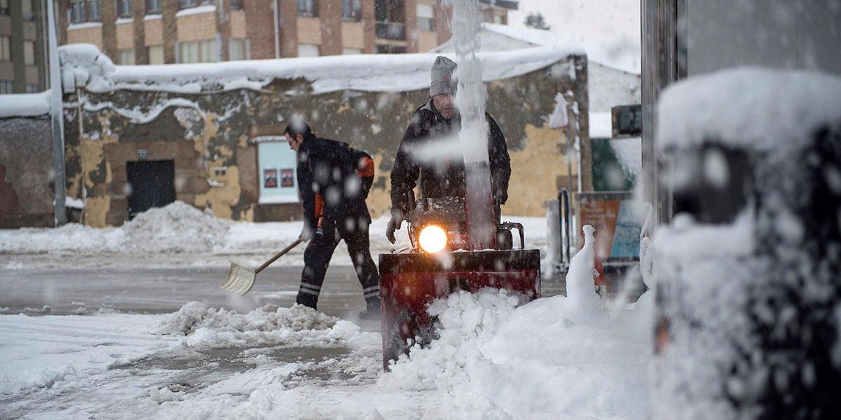 Retiran nieve de las calles