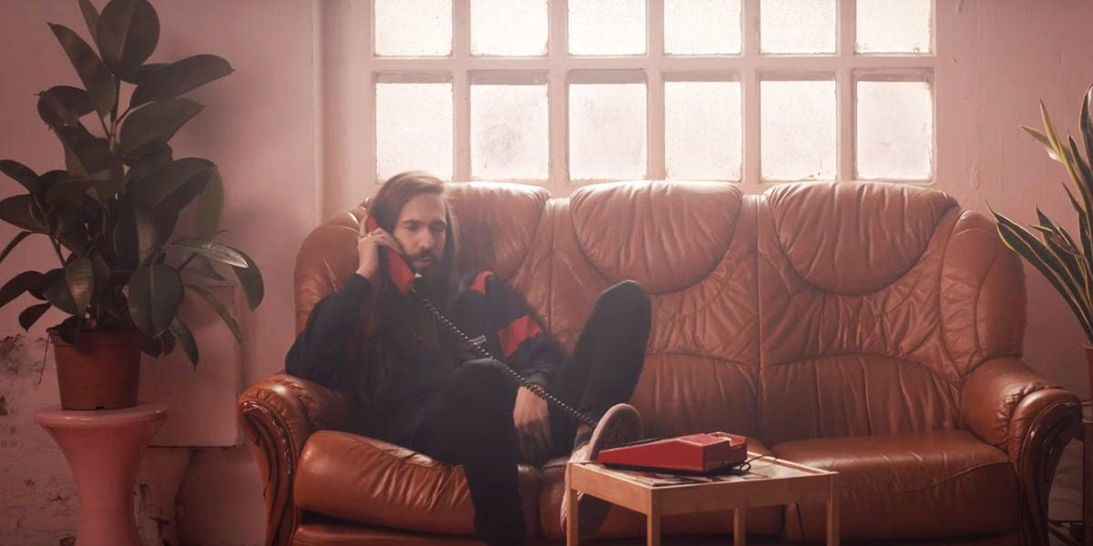 Carlos Sadness en el videoclip de 'Longitud De Onda'
