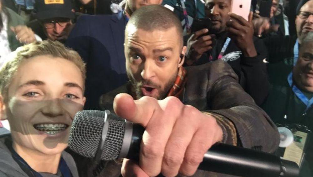 Ryan McKenna haciéndose un selfie con Justin Timberlake en la Super Bowl