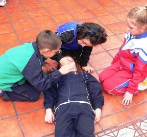 Niños aprendiendo a hacer una reanimación cardiopulmonar