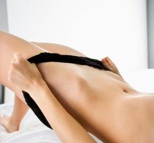 Mujer en ropa interior en la cama