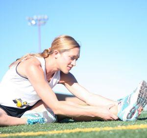 Chica estirando después de correr