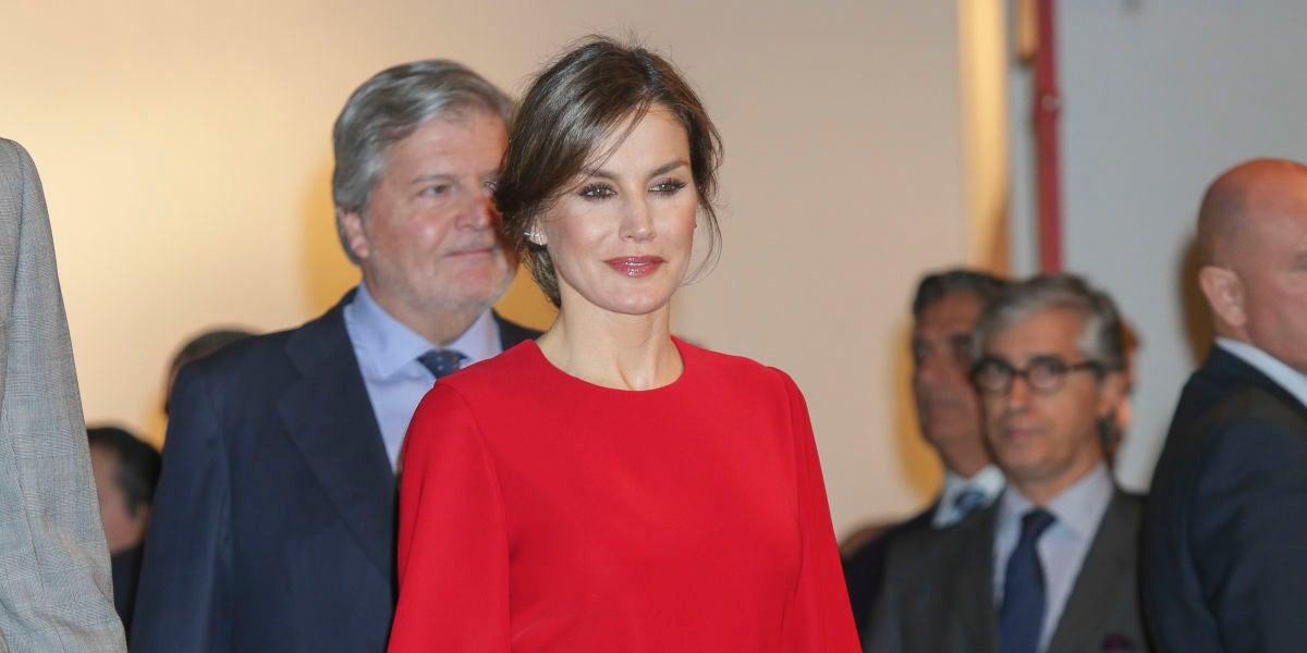 La reina Letizia apuesta por el rojo para visitar ARCO