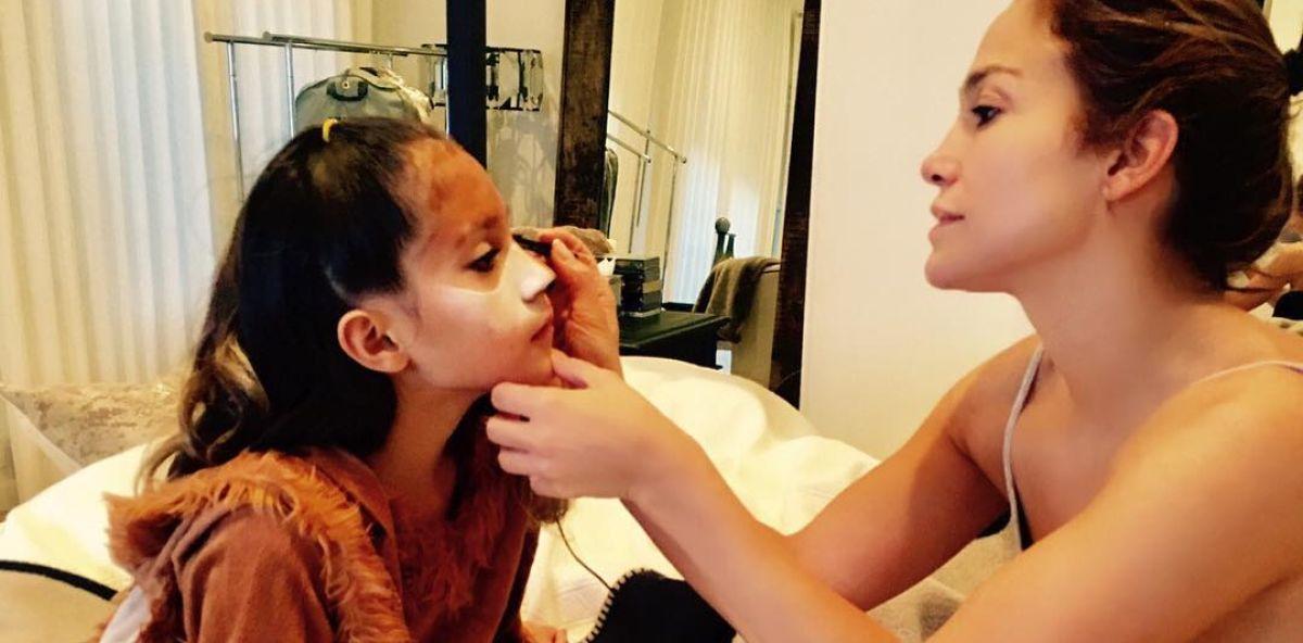 Jennifer Lopez maquillando a su hija