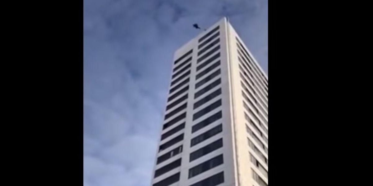 Momento del salto desde el edificio en Estocolmo