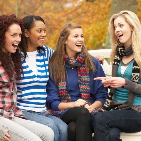 Chicas en un banco del parque