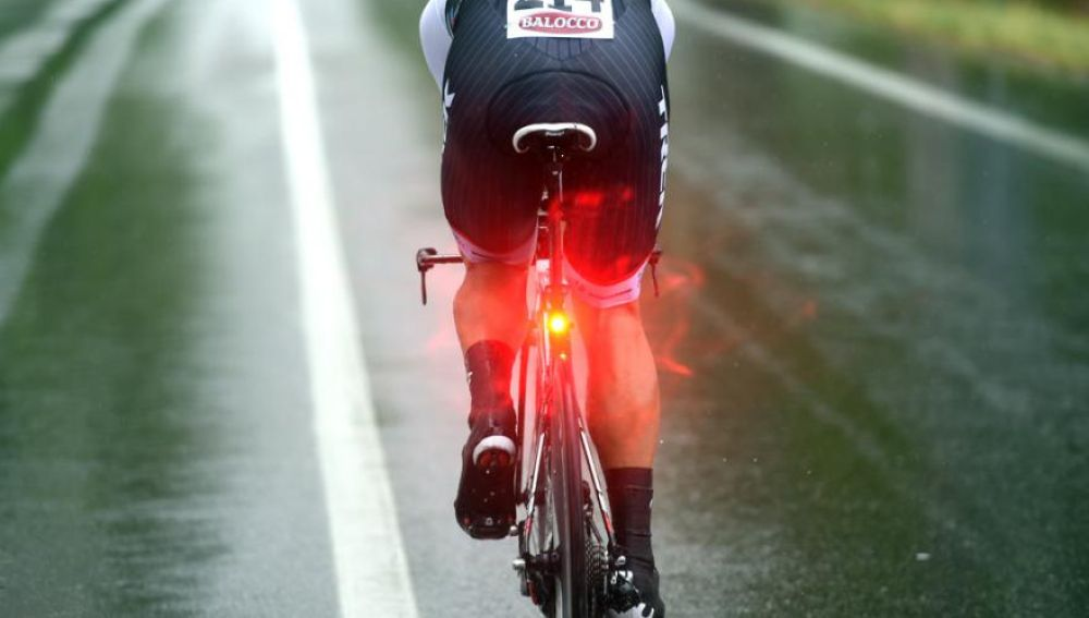 Usar luces parpadeantes en tu bici es motivo de multa: la última polémica de la DGT