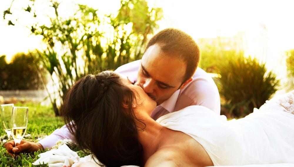 Novios besándose en su boda