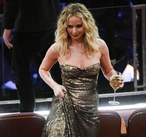 Jennifer Lawrence, con una copa de vino en la mano, saltando las butacas en la gala de los Oscar 2018
