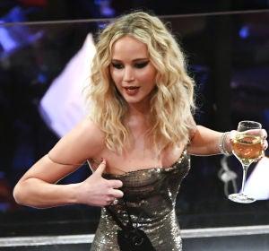 Jennifer Lawrence, con una copa de vino en la mano, saludando a sus compañeros de profesión en los Oscar 2018