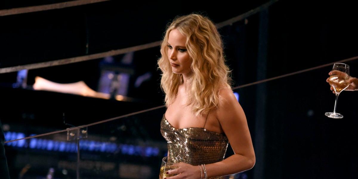 Jennifer Lawrence con su copa de vino