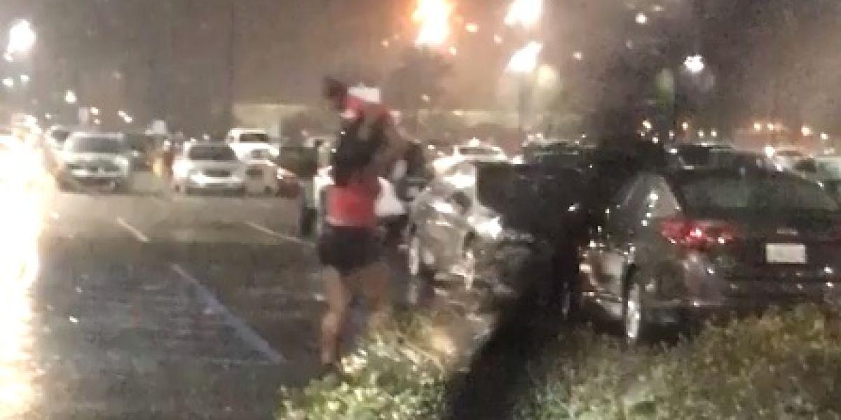 Una mujer utiliza a su bebé como paraguas durante una tormenta y las redes se indignan