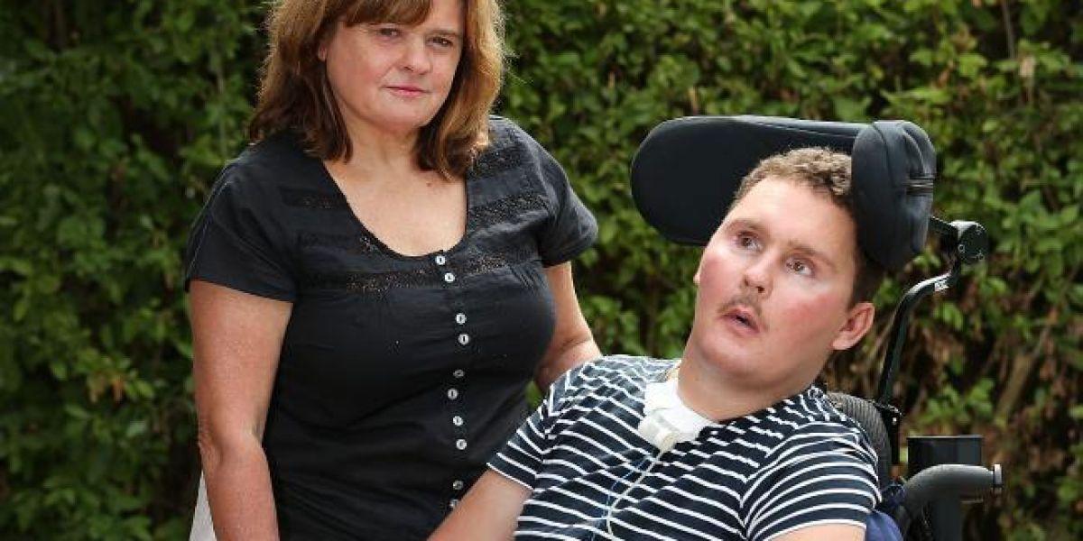 El joven en silla de ruedas