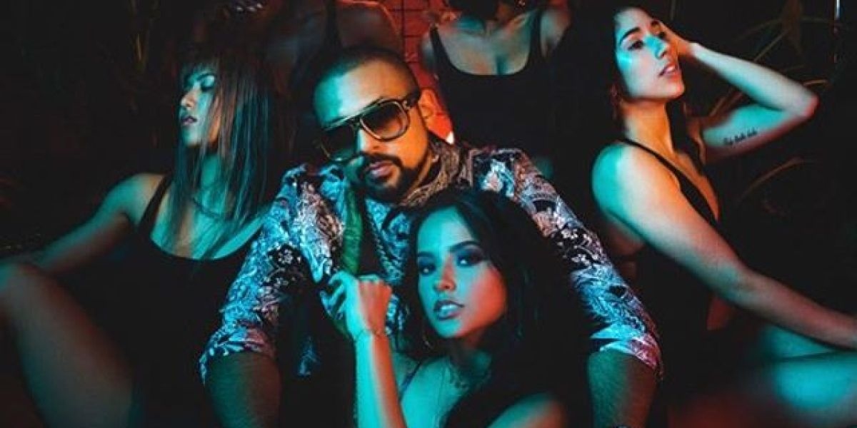 Sean Paul y Becky G en el videoclip de 'Mad Love'