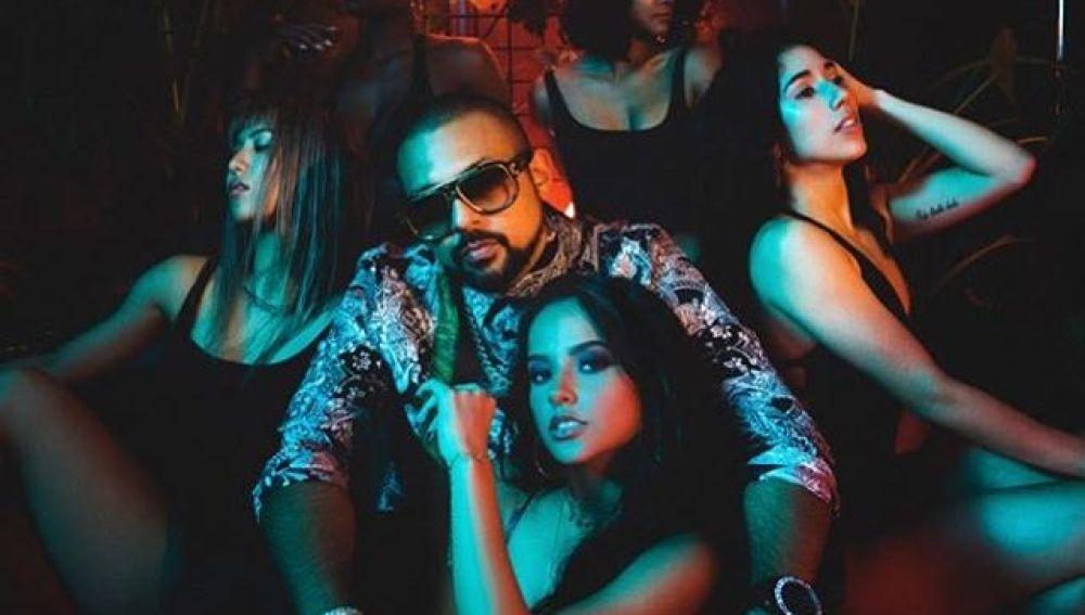 Sean Paul y Becky G en el videoclip de 'Mad Love'