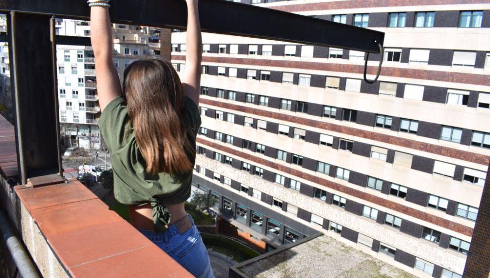 La adolescente encaramada a la cornisa del edificio en Barcelona